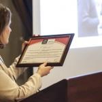 Szabados Zsuzsanna munkaszervezet vezető bemutatja az oklevelet